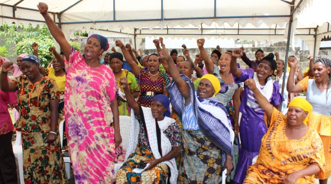 人権インターンから基本的人権について学ぶタンザニアの女性たち